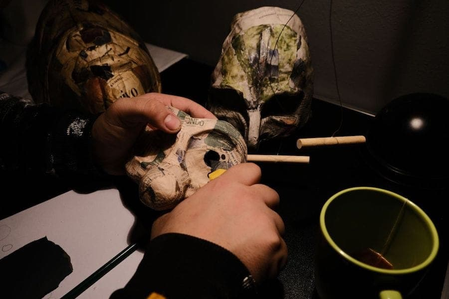Centocani Branco Teatrale. Workshops - theatrical crafts. Papier-mache masks. Mask making: work tools, cutter